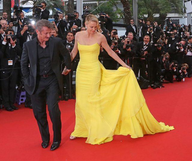 Charlize Theron w żółtej sukni na czerwonym dywanie w Cannes