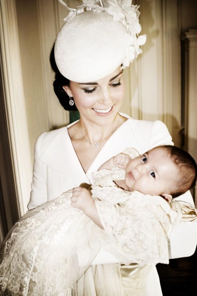 Dlaczego księżna Kate zawsze wybiera na chrzciny kreacje w kremowym kolorze?