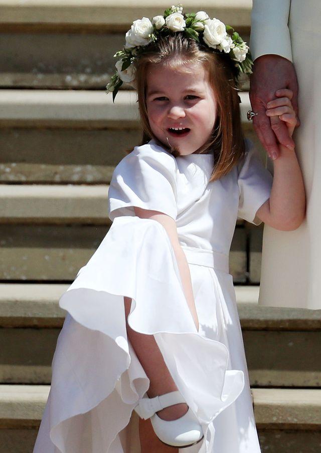 Mała Charlotte już naśladuje królową Elżbietę (VIDEO)