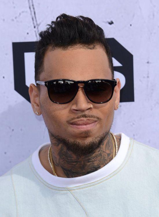 Gdy Chris Brown zabarykadował się w swojej willi, dostał smsa od...