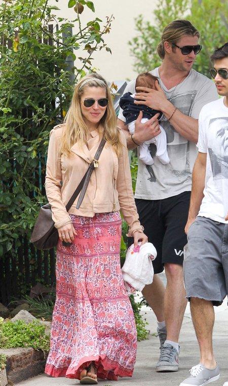 Dumny Chris Hemsworth z żoną i maleńką córeczką (FOTO)