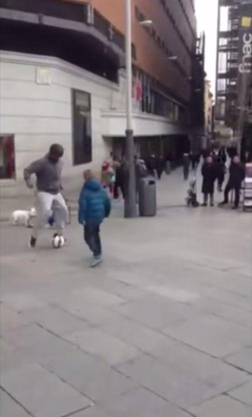 Przebrany Cristiano Ronaldo gra w piłkę z dziećmi (VIDEO)
