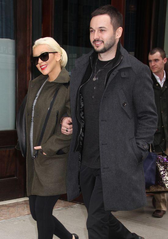 Coraz większa Christina Aguilera na spacerze z ukochanym