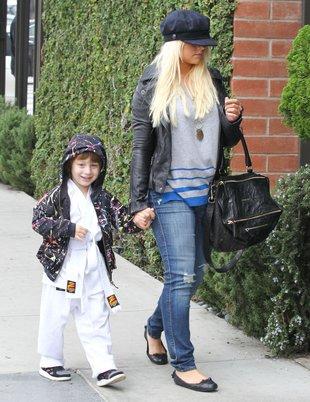 Aguilera nie ma ochoty na towarzystwo paparazzi… (FOTO)