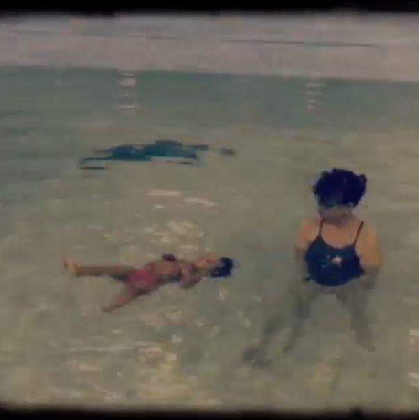Dziecko Ciary pływa samo w basenie (FOTO+VIDEO)