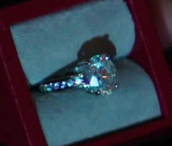 Dziewczny oszalały na punkcie pierścionka zaręczynowego Any Steele