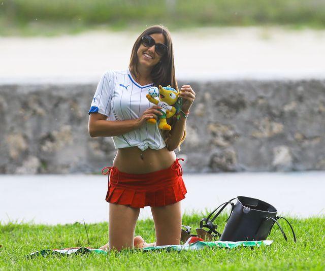 Tak wystrojona postanowiła wesprzeć piłkarzy(FOTO)