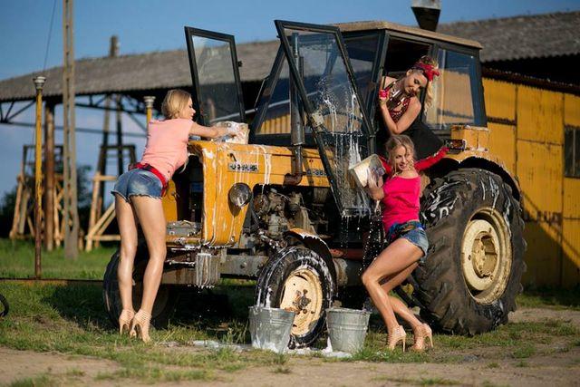Prały, ubijały masło, teraz myją...  traktor (FOTO)