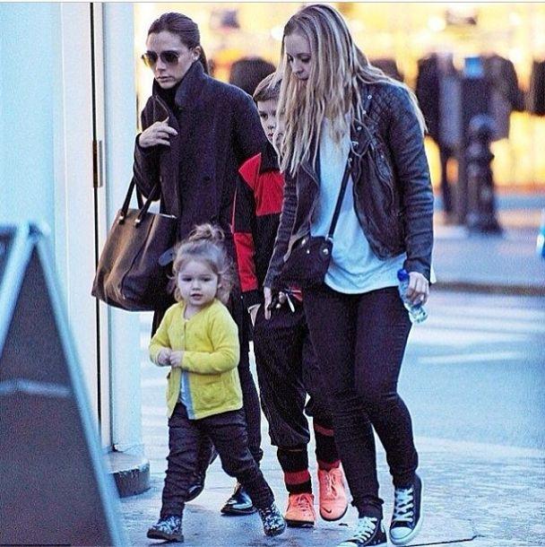 Harper Beckham nie krępuje się fotoreporterów (FOTO)