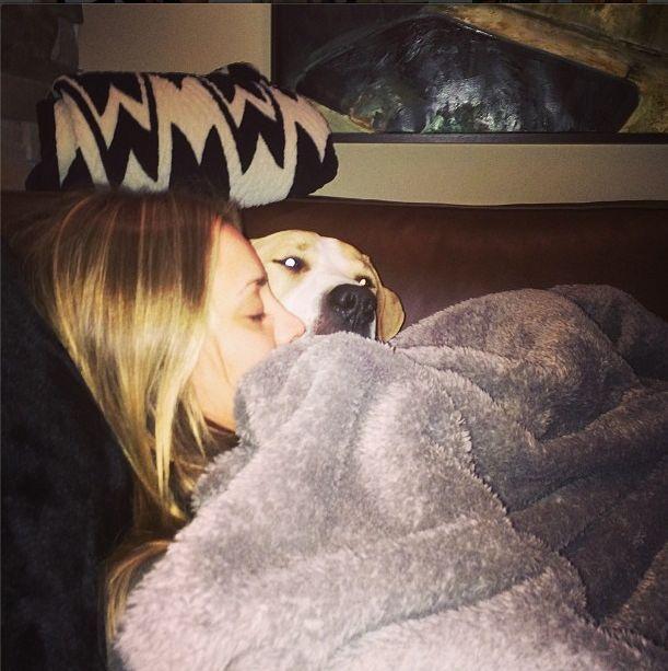 Niedawno wyszła za mąż, a całuje się i sypia z psem (FOTO)