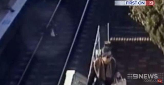 Rzucił się pod pociąg, by uratować wnuczkę (VIDEO)