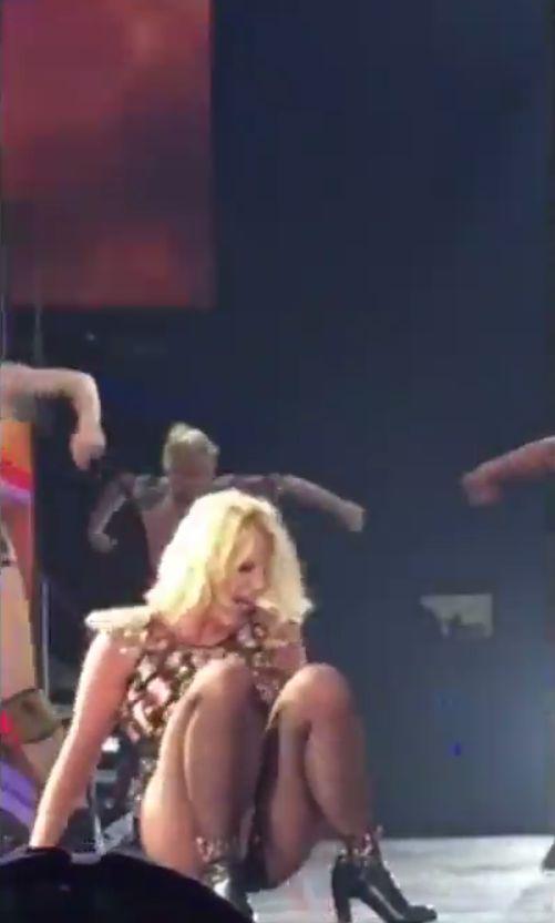 Britney Spears miała wypadek na scenie (VIDEO)