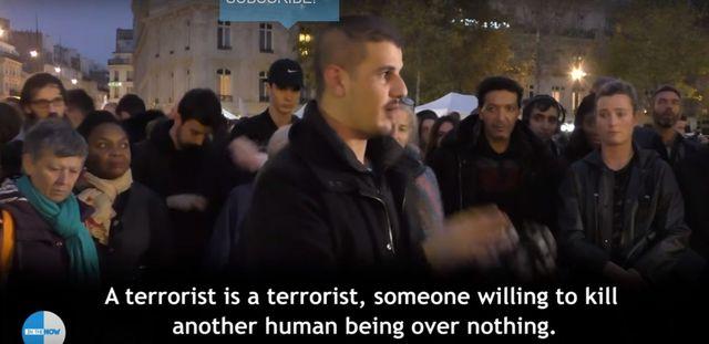 Muzułmanin stanął w centrum Paryża, a oni... (VIDEO)