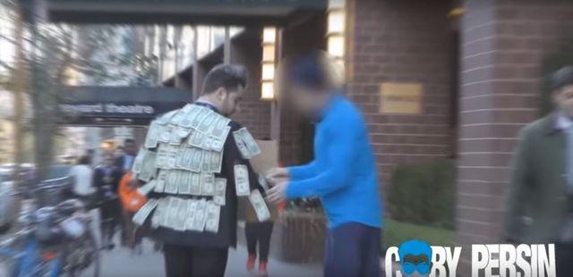 Wyszedł na ulicę obklejony dolarami i... (VIDEO)
