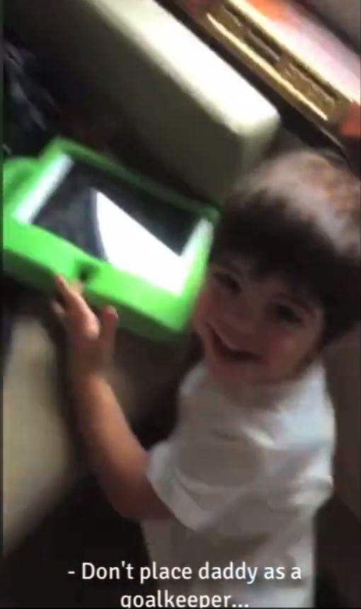 Shakira pokazała, jak Gerard bawi się z synkiem (FB)