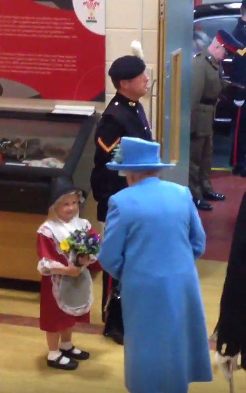 Dawała kwiaty królowej Elżbiecie i dostała w twarz... VIDEO