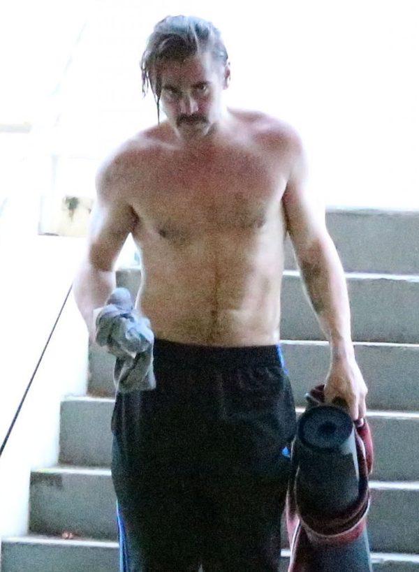 Spocony Colin Farrell bez koszulki wraca z jogi (FOTO)