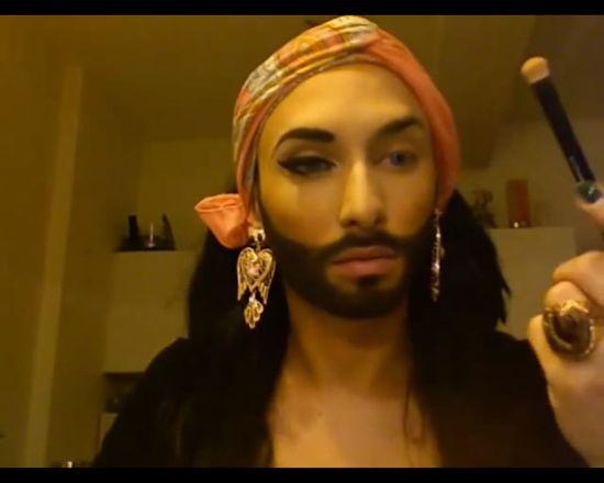 Conchita Wurst pokazuje, jak zamienia się w kobietę (FOTO)