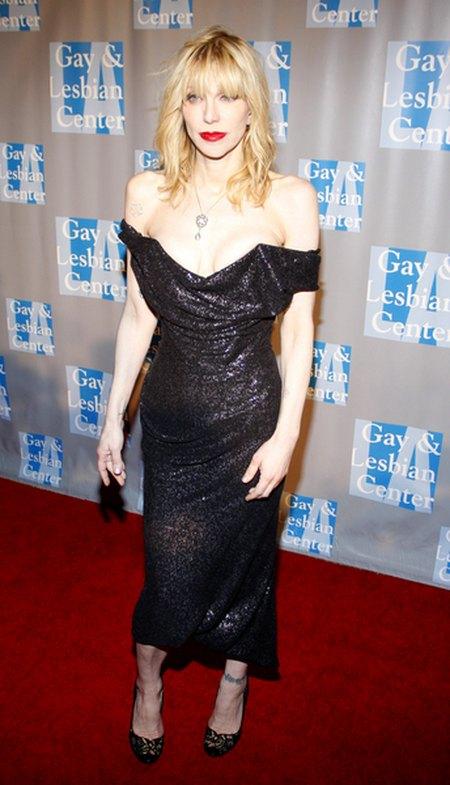 Czy Courtney Love powinna nosi� takie dekolty? (FOTO)
