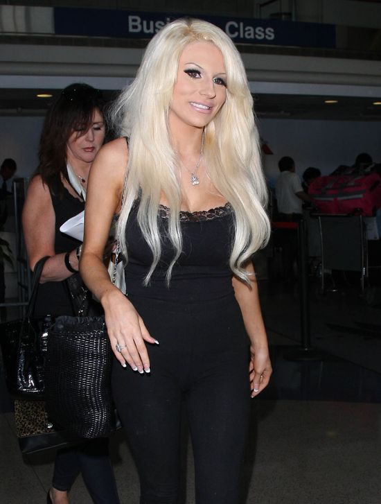 Courtney Stodden robi show na lotnisku (FOTO)