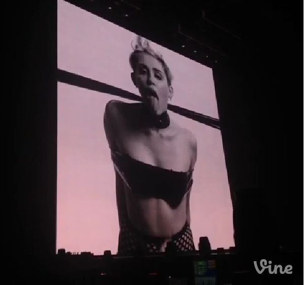 Szok! Miley Cyrus na koncertach pokazuje się topless (VIDEO)
