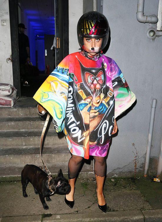 Lady Gaga z kaskiem na głowie, listopad 2014
