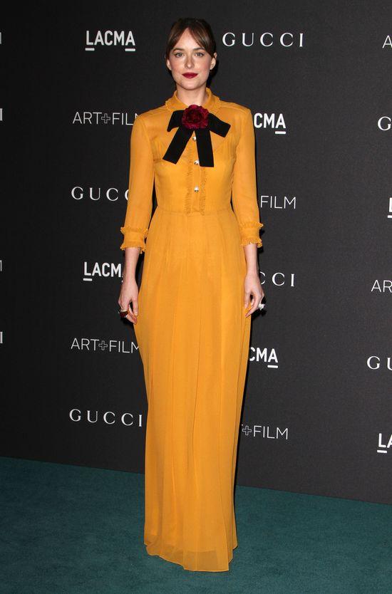Dakota Johnson ze szminką na zębach i w musztardowej sukni