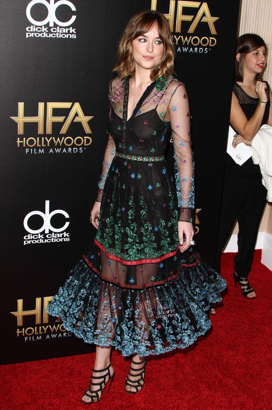 Dakota Johnson zachwyca twarz�, odpycha stopami (FOTO)