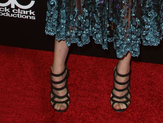 Dakota Johnson zachwyca twarzą, odpycha stopami (FOTO)