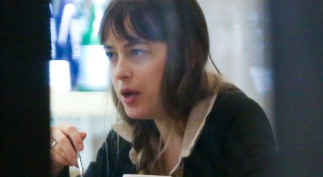 Dakota Johnson BEZ MAKIJAŻU na kolacji (ZDJĘCIA)