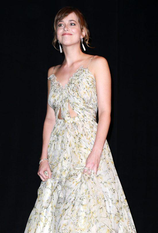Dakota Johnson naśladuje różne akcenty. Jest znakomita!