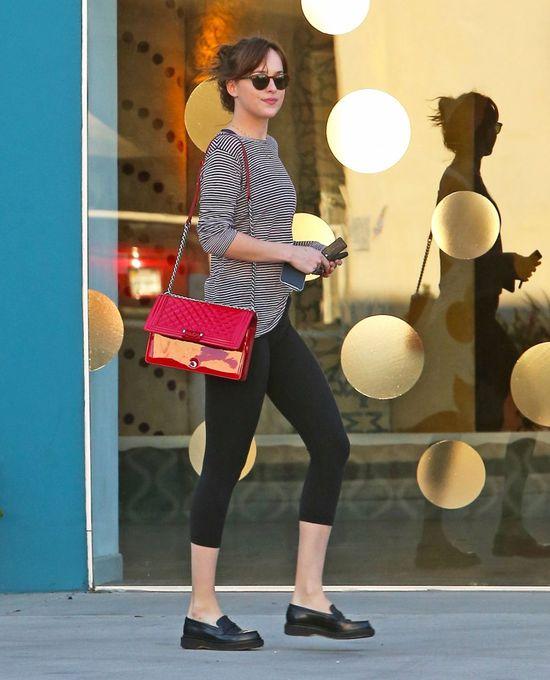 Dakota Johnson wciąż na bakier z modą? (FOTO)