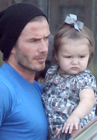 David Beckham na zakupach z Harper Seven na ręku (FOTO)