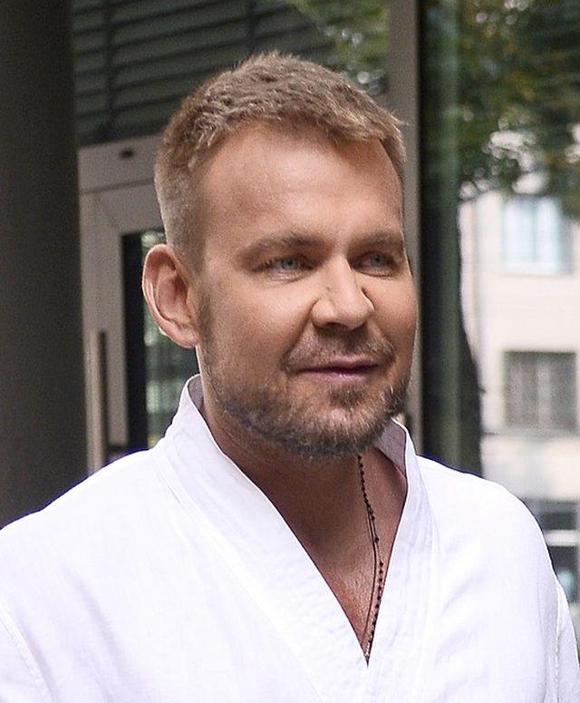 Dawid Woliński w rurkach i klapkach z futerkiem w Dzień Dobry TVN (ZDJĘCIE)