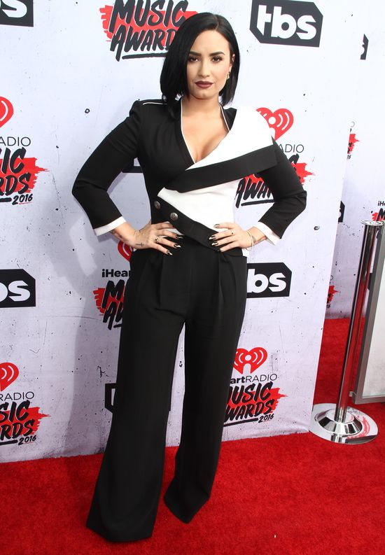 Demi Lovato potknęła się na scenie!