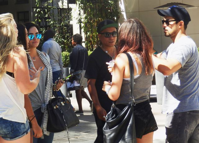 Fani otoczyli Demi Lovato, a jej chłopak... (FOTO)