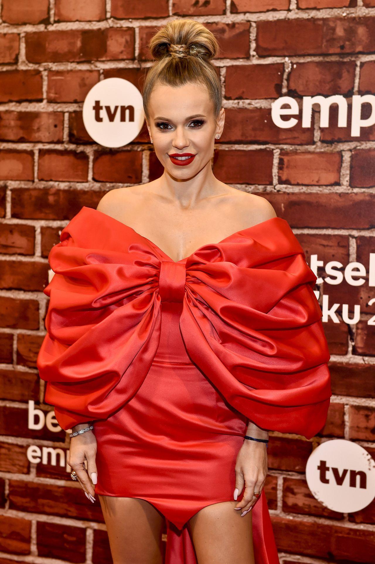 Doda w czerwonej sukni z olbrzymią kokardą - w piątek gwiazda kończy 35 lat