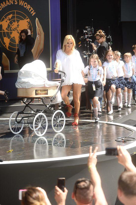Doda w Opolu - z wózkiem i gromadką dzieci (FOTO)