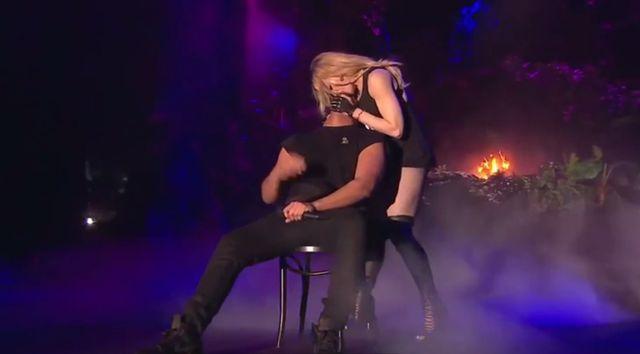Madonna postanowiła zbadać migdałki Drake'a na scenie