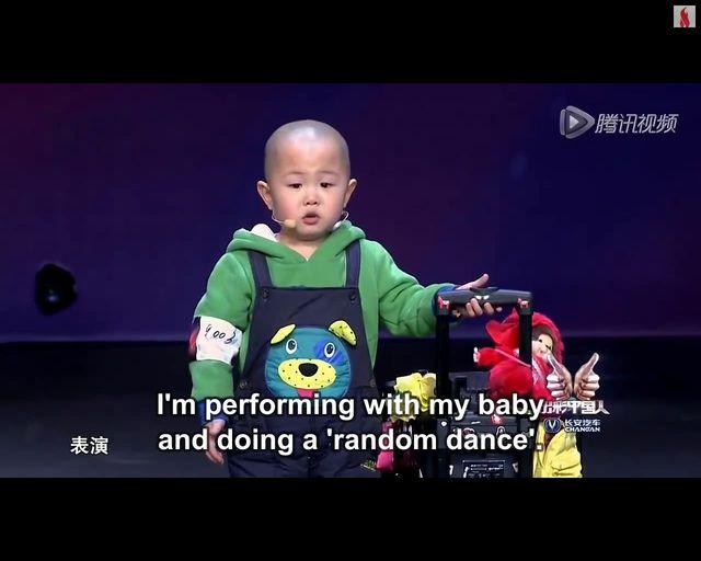 Słodki 3-latek tańczy w talent-show [VIDEO]