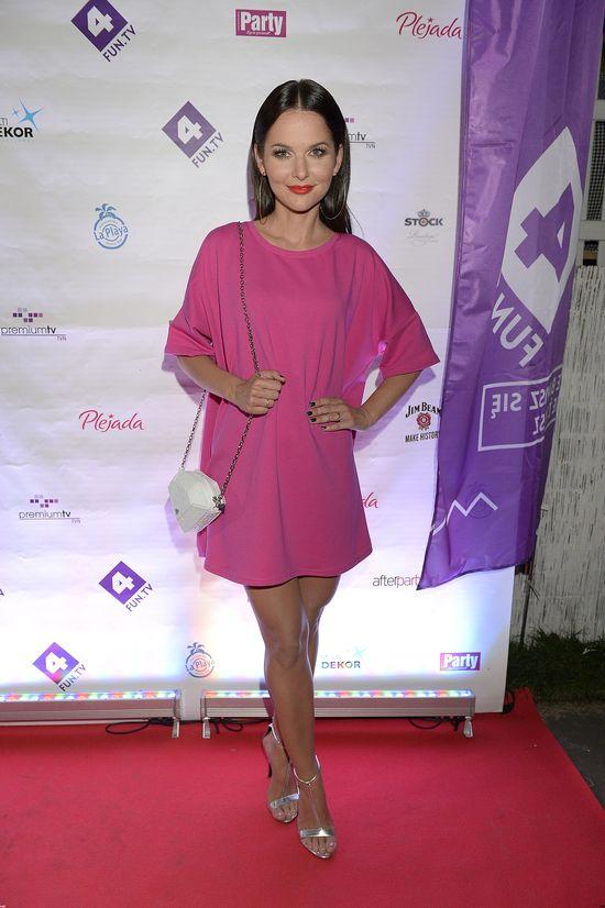 Paulina Sykut w malinowej sukience na imprezie 4fun