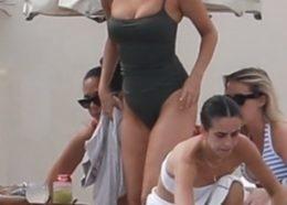WOW! Selena Gomez w oliwkowym kostiumie kąpielowym