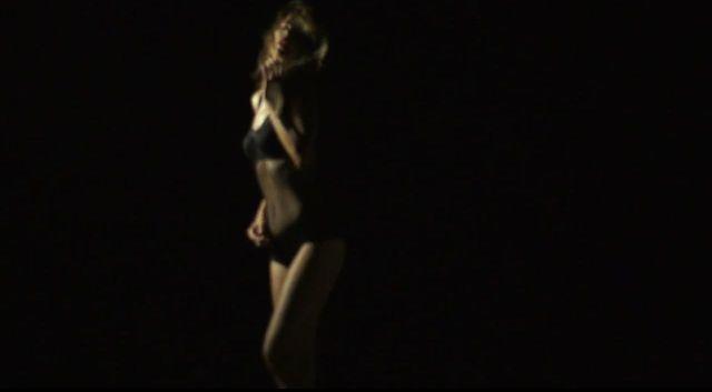 Edyta Górniak pręży się w bikini w najnowszym teledysku