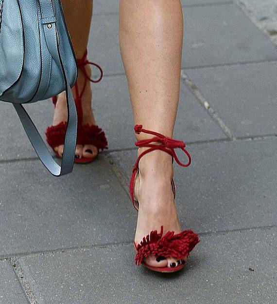 Czy ona też ma kompleksy na punkcie swoich stóp? (FOTO)