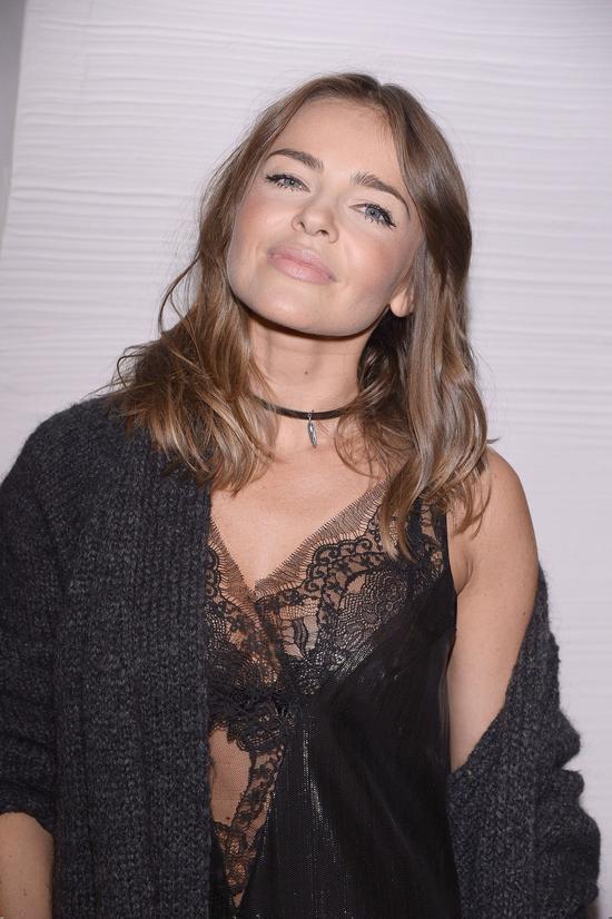 Nowa moda na salonach - panie w nocnych koszulkach (FOTO)