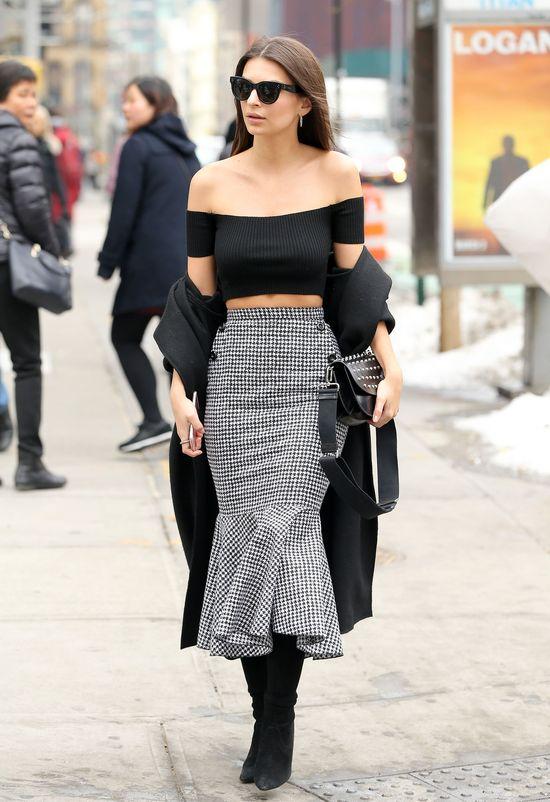 Nie byłoby efektu WOW, gdyby założyła płaszcz w normalny sposób?