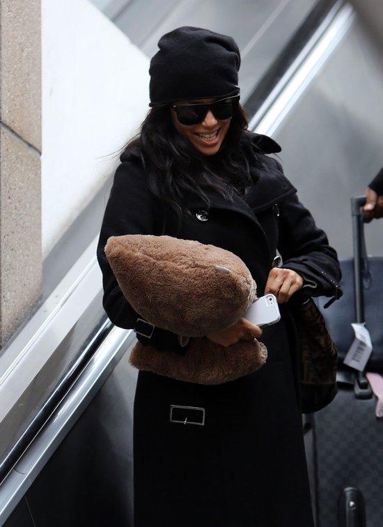 Eva Longoria z podusią na lotnisku (FOTO)