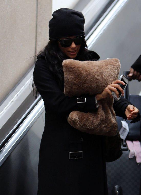 Eva Longoria z podusi� na lotnisku (FOTO)