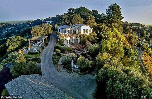 Wszyscy się dziwią Evie Longorii. Dlaczego dopiero teraz sprzedaje ten dom?