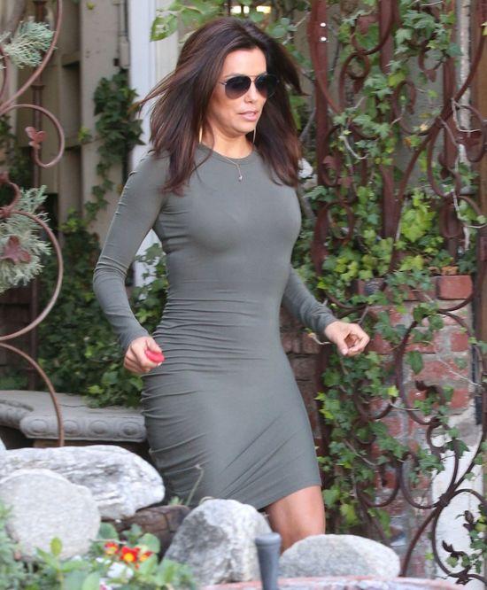 Tak obcisłej sukienki nie założyła jeszcze nigdy (FOTO)